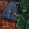 detalhe Apesar do couro ser bastante resistente a chuva, quando se carrega produtos eletrônicos na mochila é sempre bom se precaver. Por isso a Nordweg tem uma capa de chuva que se encaixa em qualquer uma de suas mochilas.