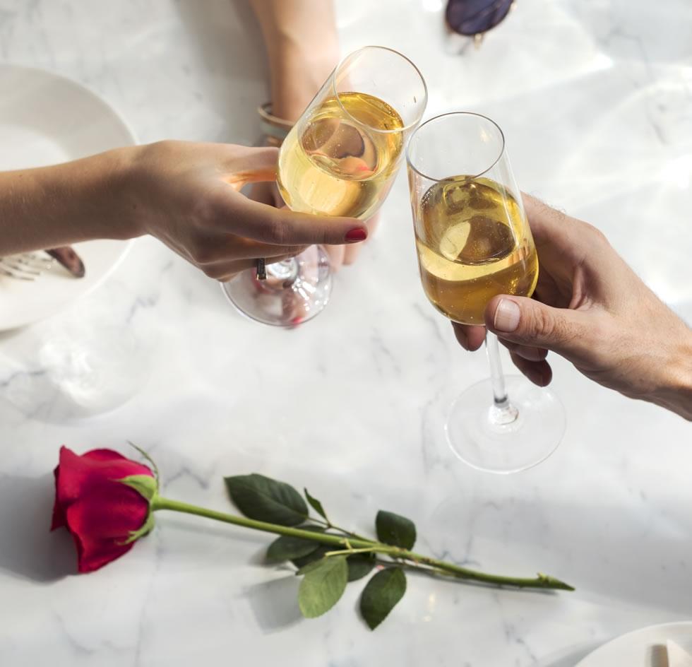 encontro afetivo champanhe com 2 taças