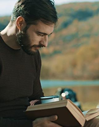 homem lendo presente livros